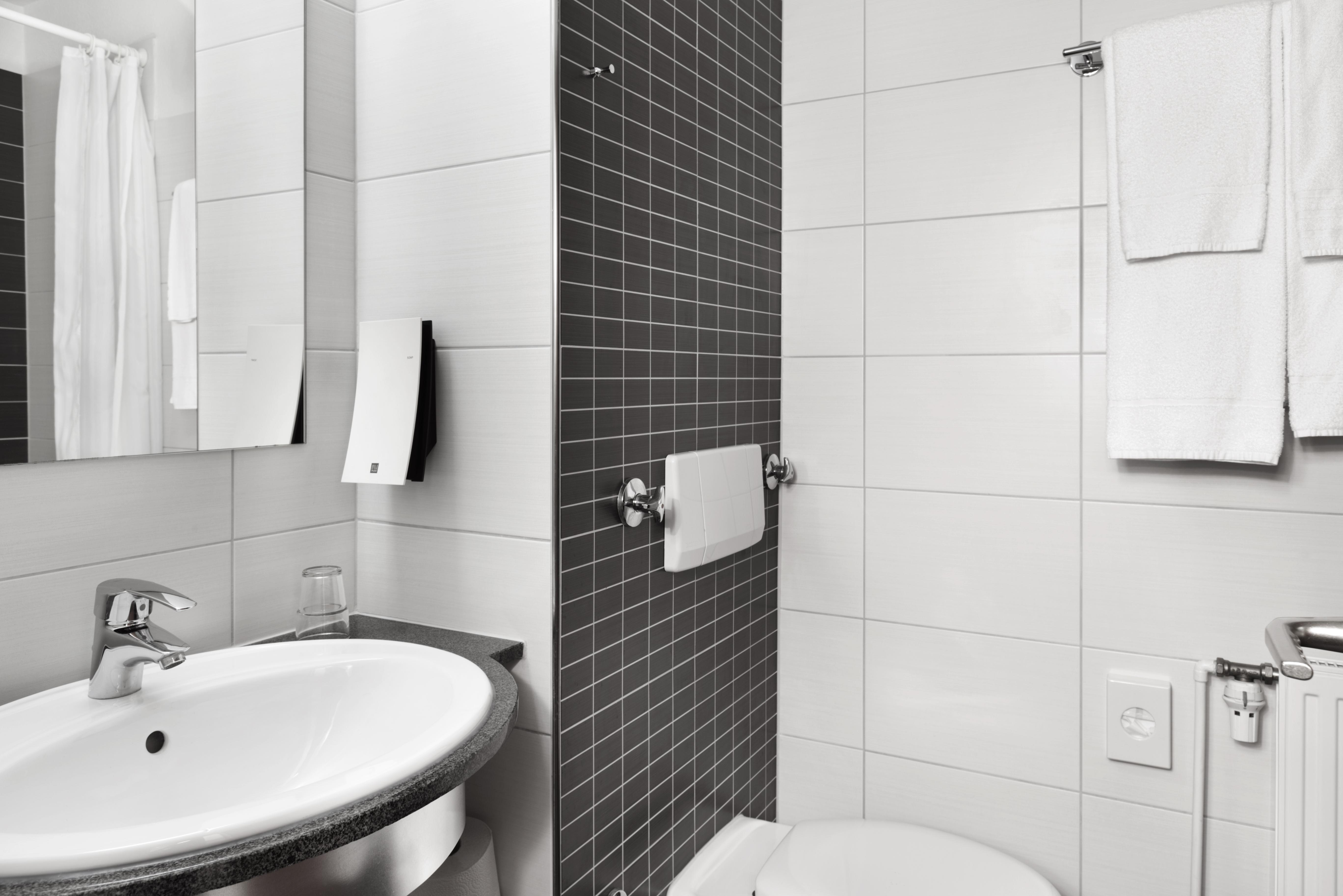 ... DZ Hotel Zimmer Badezimmer Bath Room TRYP By Wyndham Lübeck Hotel | ©  TRYP By Wyndham ...
